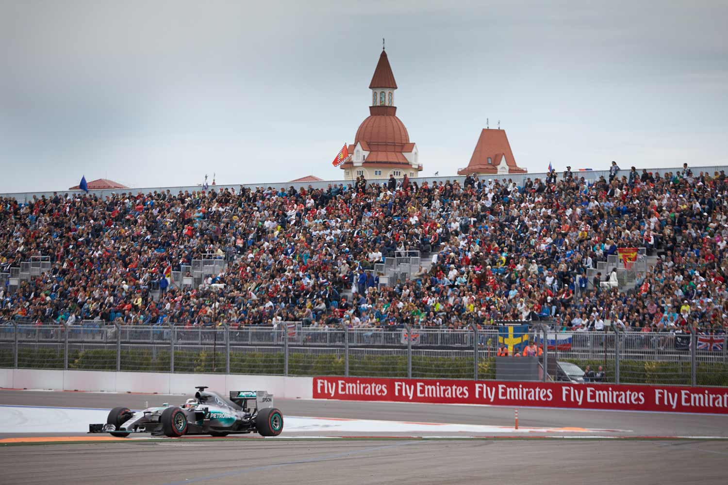 F1-GP-Russland2015-Mercedes-on-track